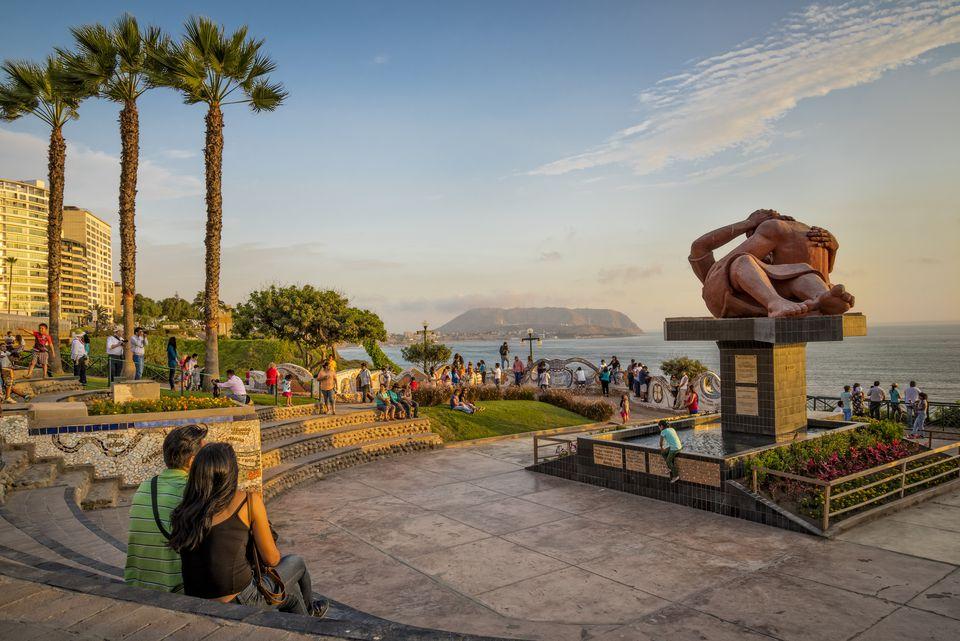 el-malecon-park-in-miraflores-lima-peru-548482389-58f50f223df78ca1599cc2fd